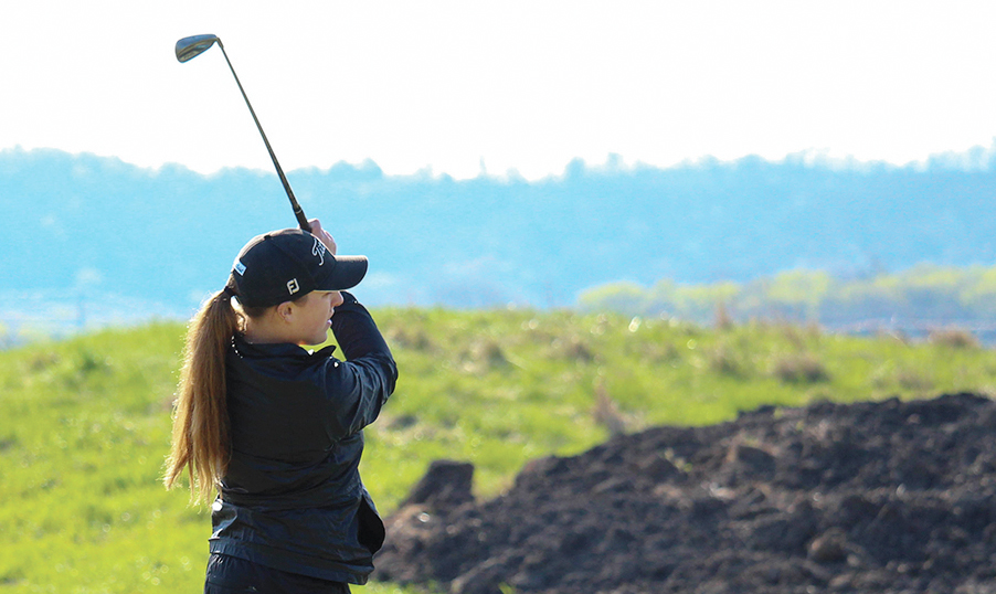 Freshman+Annie+Raybourn+watches+her+tee+shot+on+a+par-3+hole+at+the+Baker+Spring+Invitational+on+April+11.+Image+by+Alex+Fortuna.