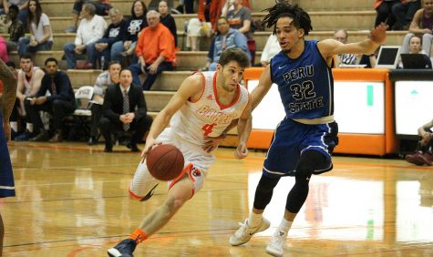 Men's basketball falls to Peru State in overtime