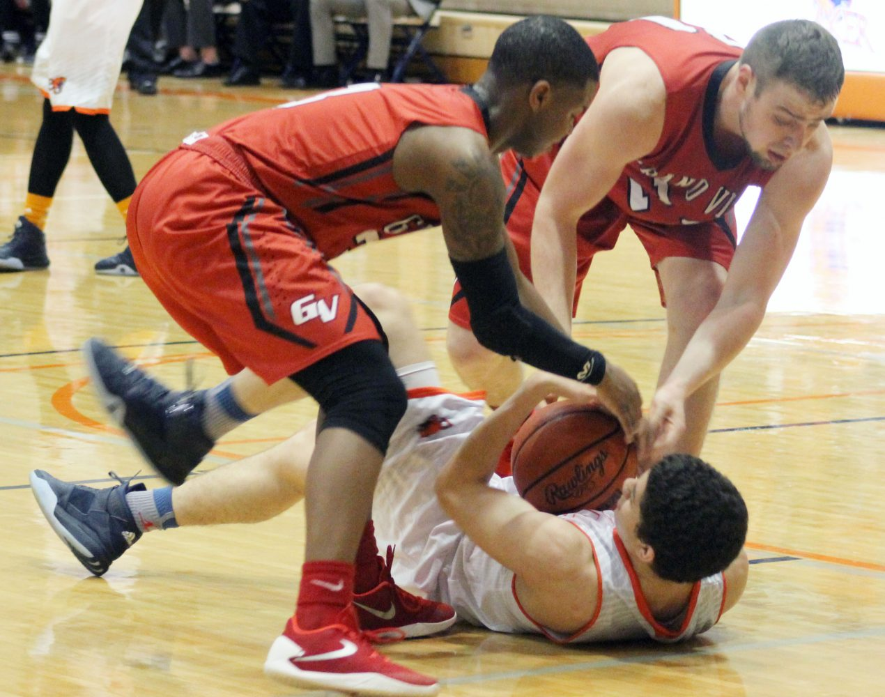 Men rally late but fall short against Grand View