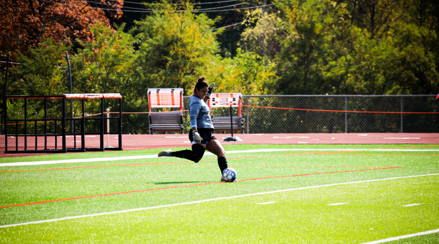Senior Goalkeeper Vanessa Silva kicks the ball back into play.